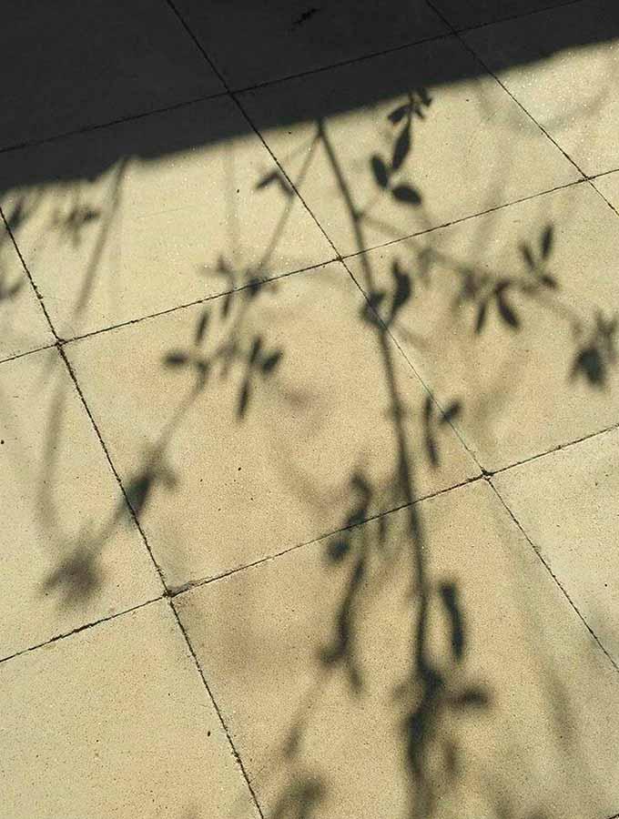 Sombras en el suelo del cuartel de carabineros