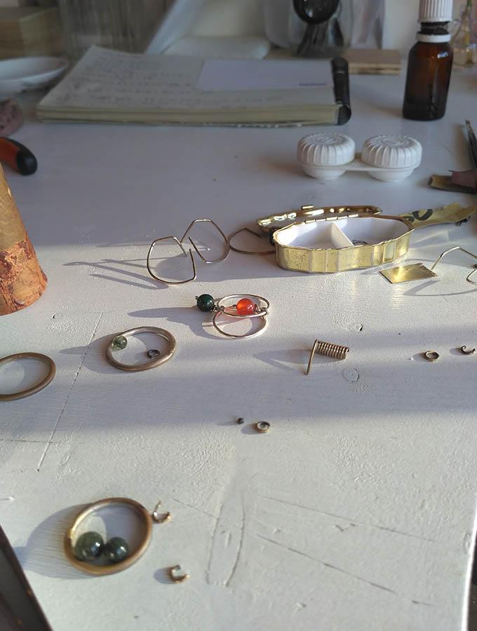 Encima de la mesa del taller, versión anillo con piedra ágata slim.