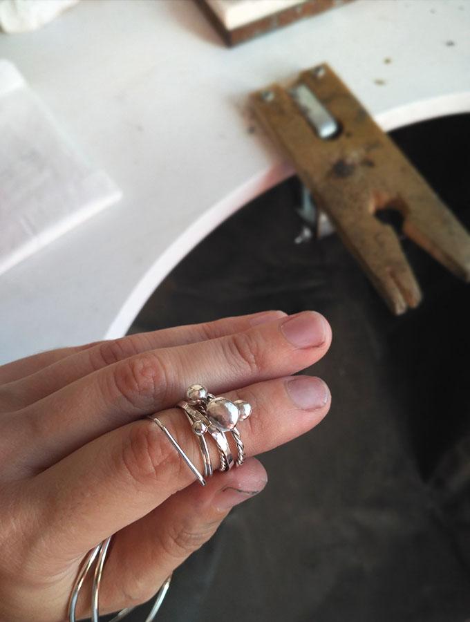 Puliendo anillos y pulseras de plata para el mercado.