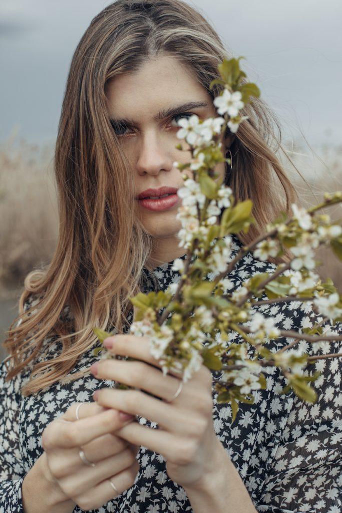 magazine modelo vestido flores-romantico con ramo de flores