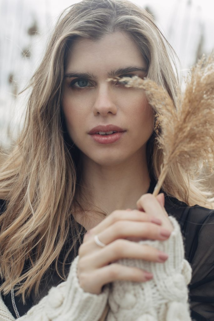 shooting shuba magazine modelo Lara Bohrer primer plano con joyas laia ossorio