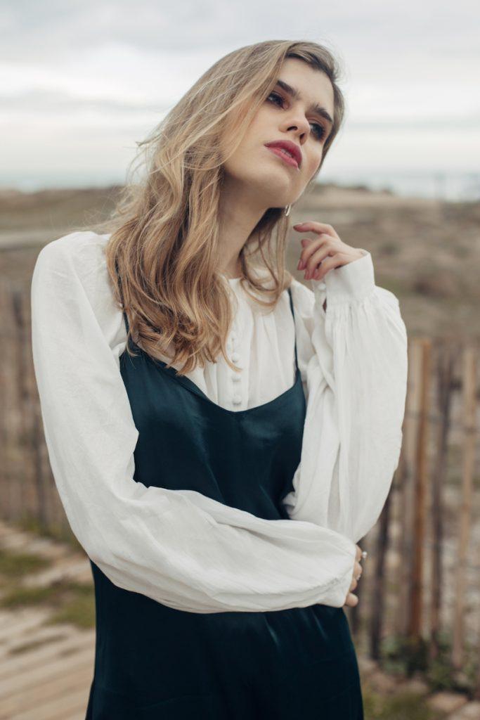 shooting shuba magazine con vestido y blusa blanca boho.