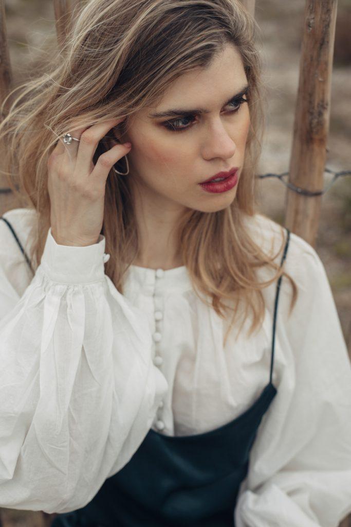 shooting shuba magazine vestido blusa blanca y boho con anillos de flores y pendientes de plata