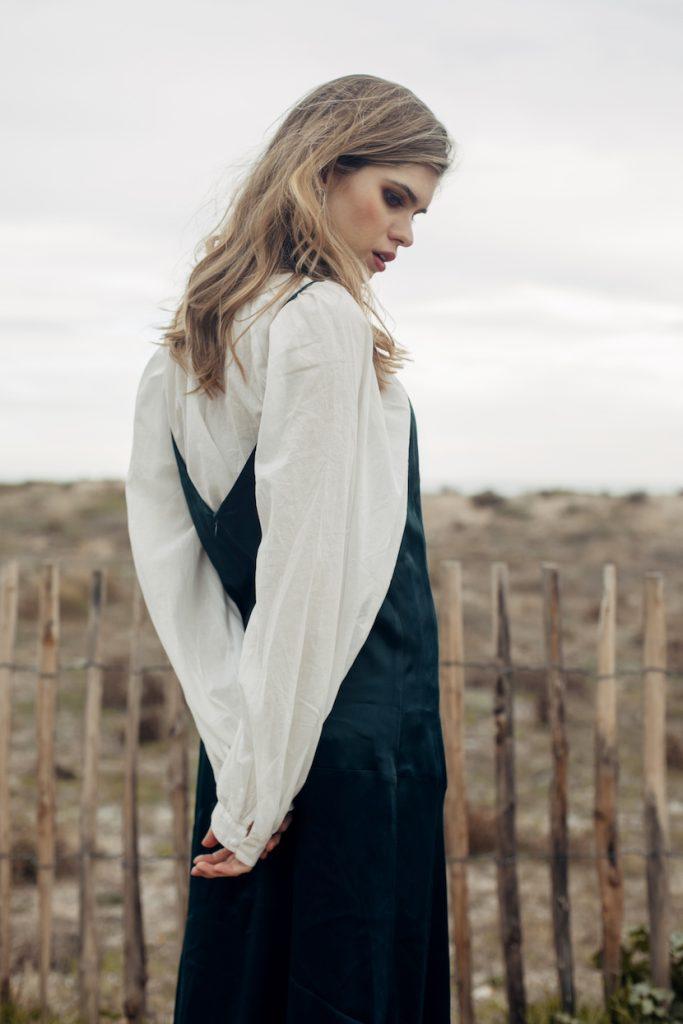 Modelo Lara Bohrer con vestido y blusa blanca boho con espalda en v