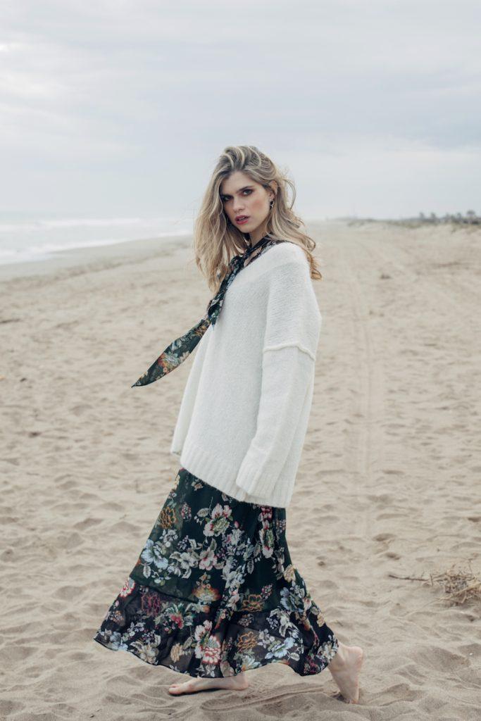Modelo con vestido de flores en la playa