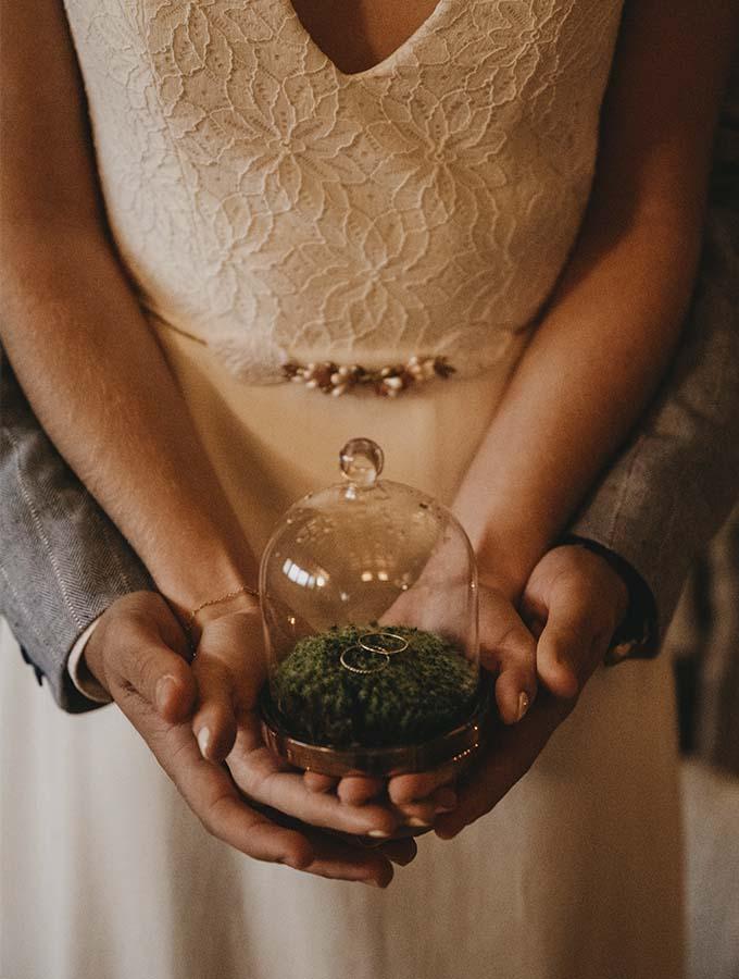 pareja con sus alianzas artesanales de boda con joyero