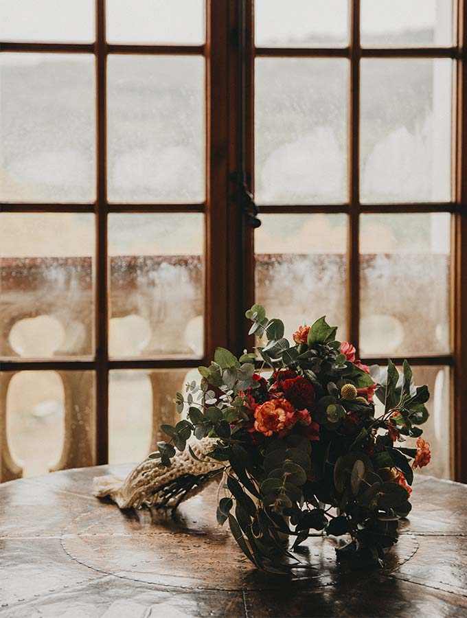 ventana romantica con flores en la mesa