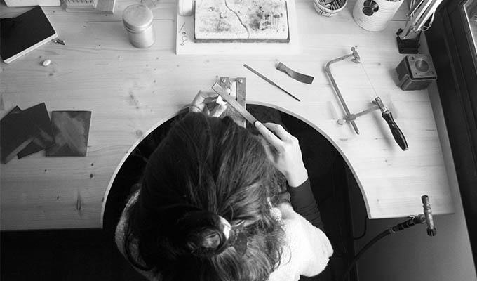 artesana-en-el-banco-de-trabajo
