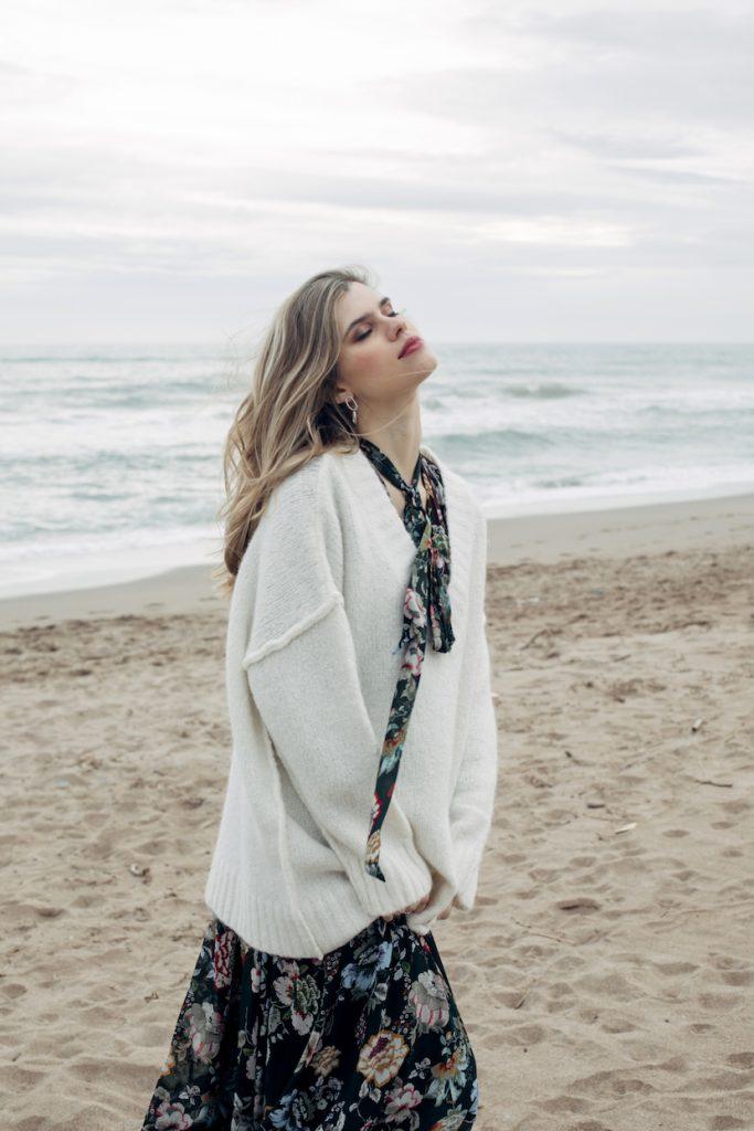 shooting shuba magazine con vestido de flores en la playa.