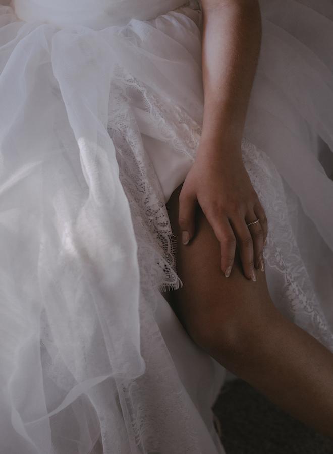 detalle del vestido con la alianza en de la mano de la firma laia ossorio