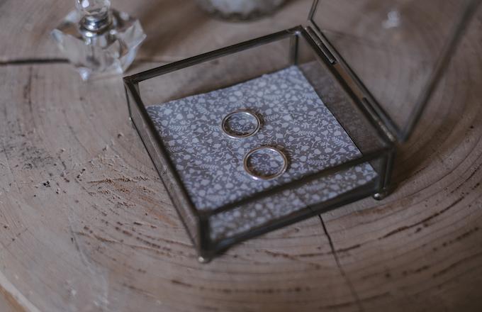 alianzas hechas a mano de laia ossorio en su joyero de cristal