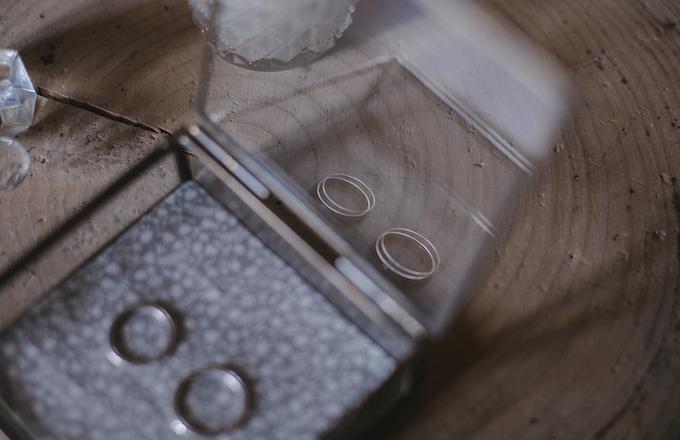 detalle alianzas en joyero caja de cristal