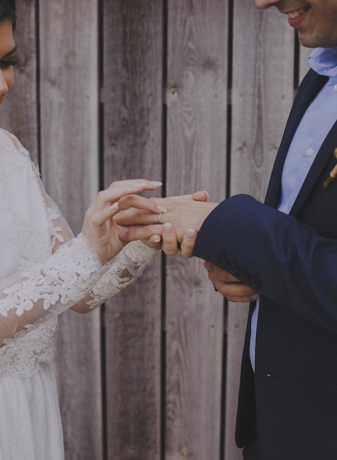 detalle de las manos de novios en el altrar colocando sus alianzas de laia ossorio