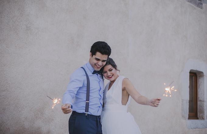 novios con vengalas en su boda rural