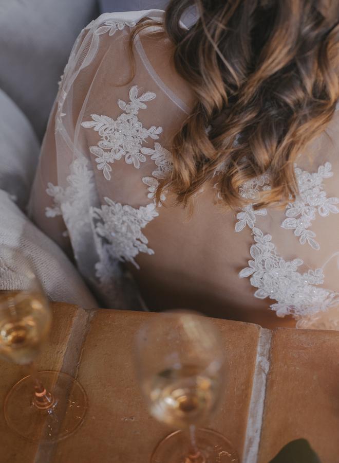 copas de cava y detalle de la espalda del vestido de laura vila atelier