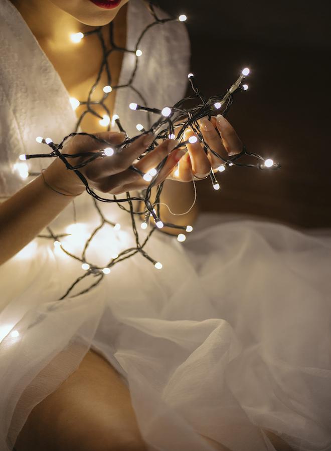 novia con luces blancas entre sus manos