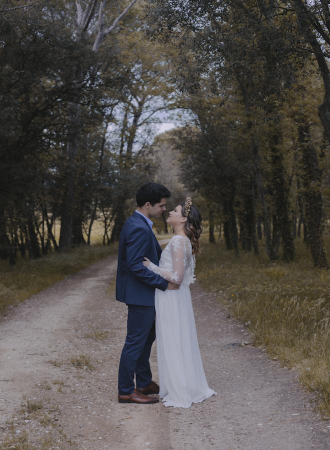 beso de los novios en el camino de montaña de la masia can dansa