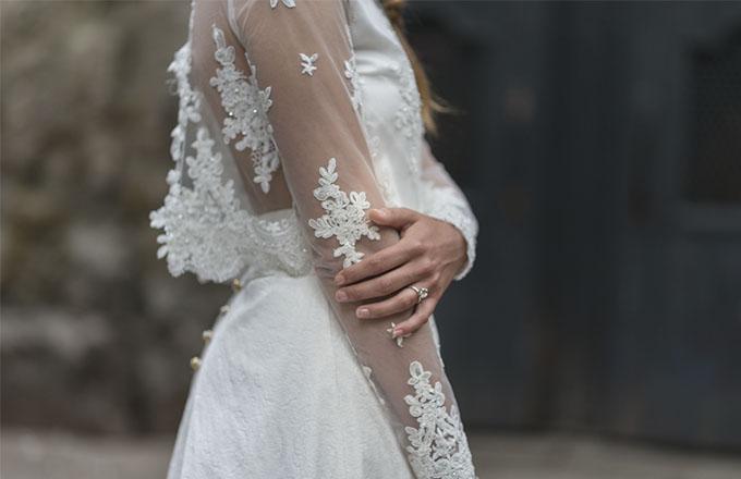 Vestido laura vila y anillo flora de laia ossorio