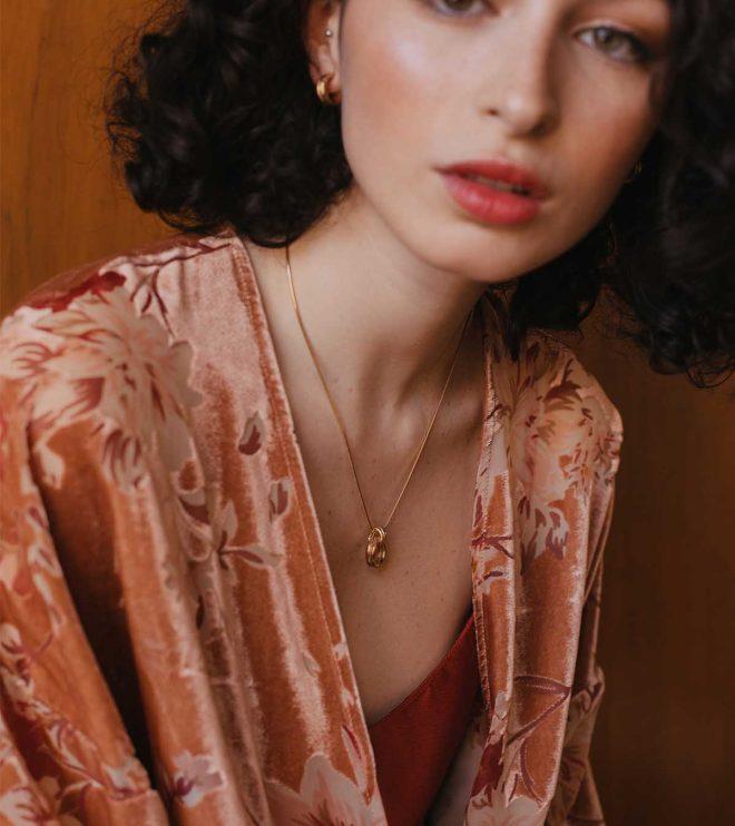 Colgante artesanal bañado en oro de la colección Anna sobre la modelo Luana.