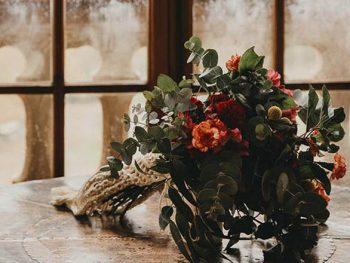 ramo de flores sobre la mesa con ventana inglesa
