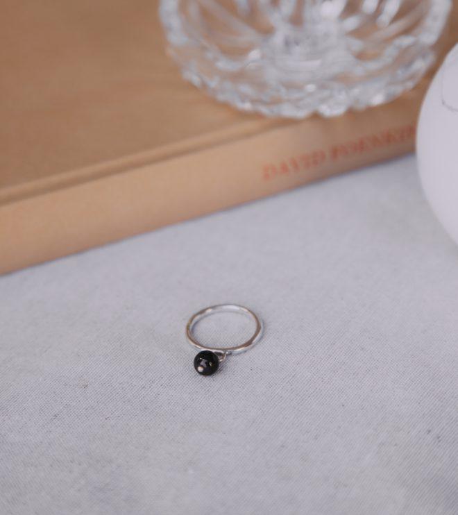El anillo Rita es un anillo bohemio y elegante para una mujer resuelta y optimista. Una mujer bella y alegre.