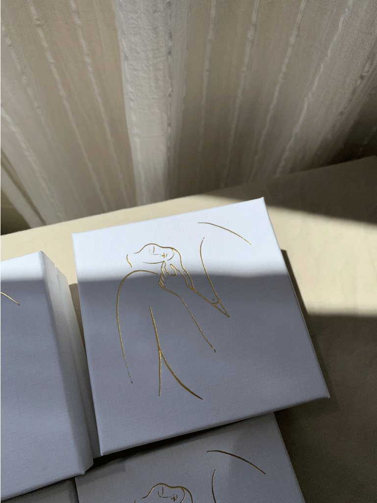 Ilustración de la mujer impresa en la caja de joyas