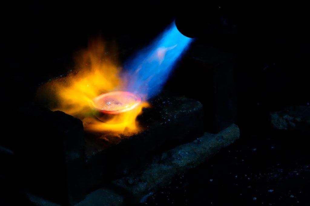 Fundiendo en el horno nuestra aleación de plata de ley