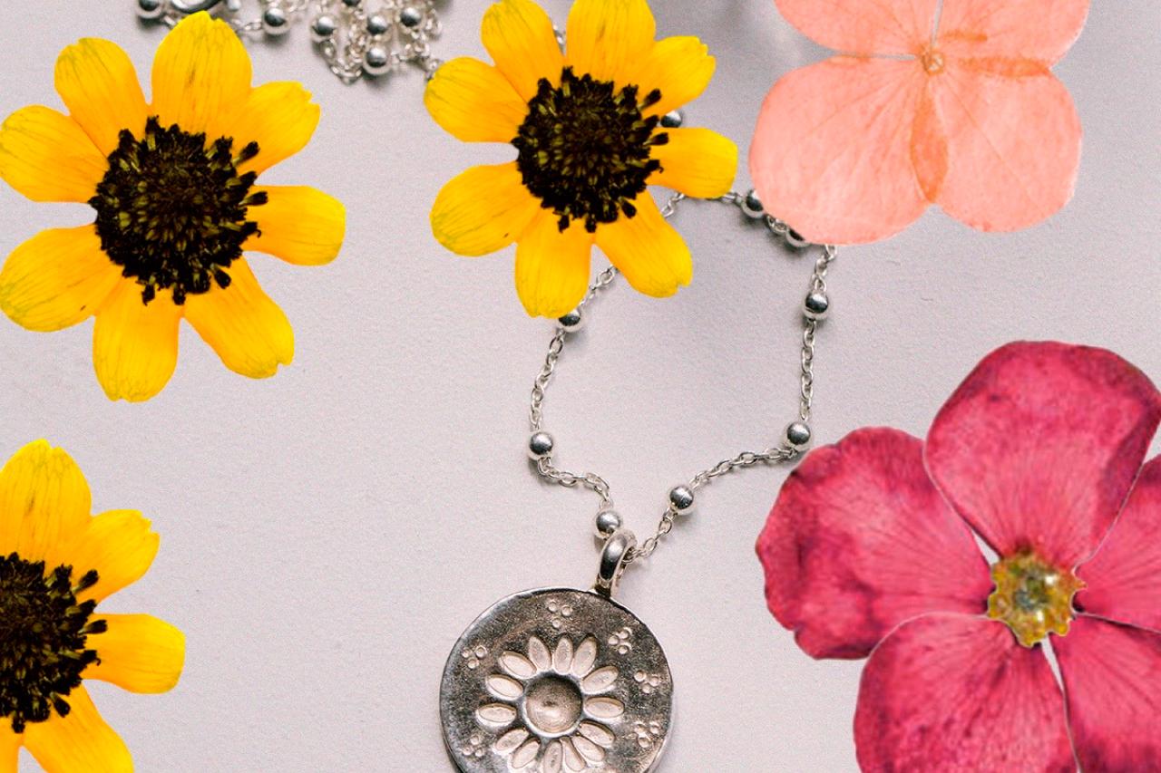 La moneda Margarita en plata de ley con flores de primavera