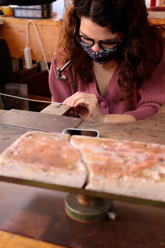 -Maria serrando el hilo para obtener dos hilos de 80 mm. que posteriormente serán texturados con el motivo deseado entre el muestrario.