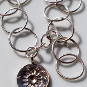 Brazalete artesanal en plata con la moneda margarita