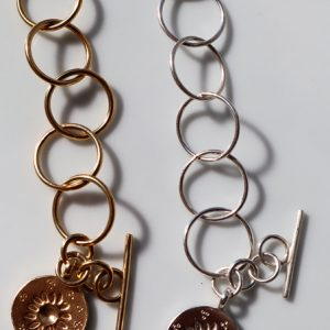 Brazalete artesanal en plata y plata chapada en oro de ley con la moneda margarita